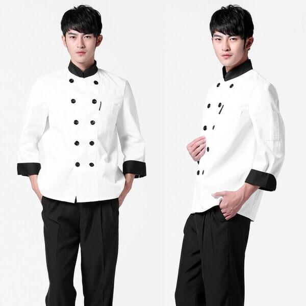 Kiểu áo đầu bếp với thiết kế hai vạt áo, cổ tàu màu đen kết hợp thân áo màu trắng tạo sự nổi bật