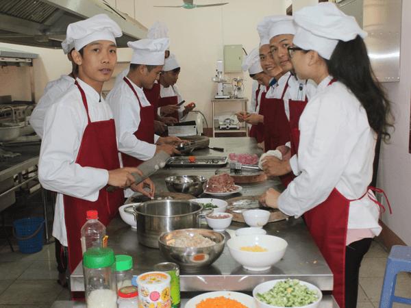 Tạp dề yếm được các đầu bếp ưu tiên sử dụng