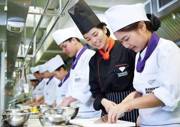Kiểu dáng, màu sắc của đồng phục bếp phải được lựa chọn kĩ càng