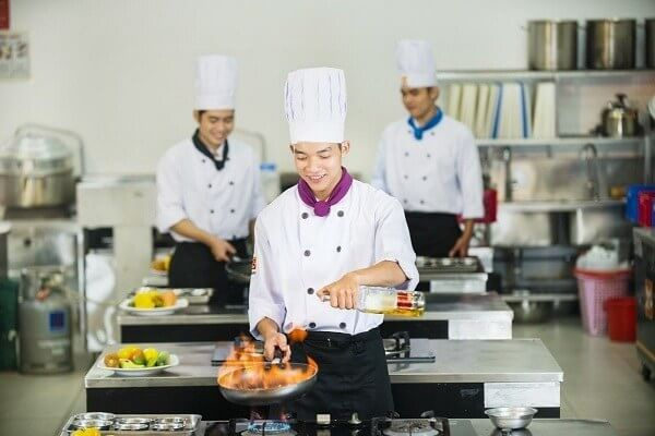 Đồng phục của người đầu bếp gồm mũ, áo, khăn quàng cổ, quần và giày chống trượt
