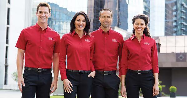 Đồng phục sơ mi màu đỏ nổi bật