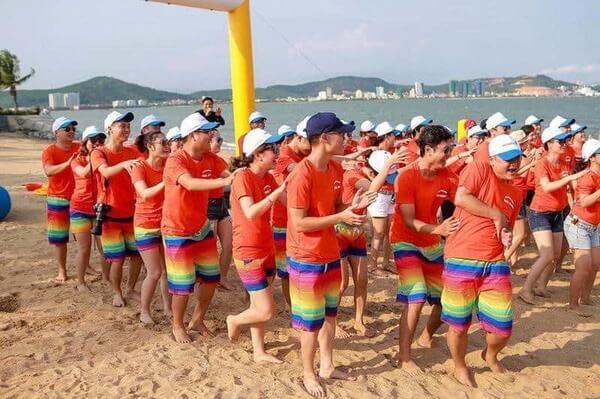 Áo cam dành cho hoạt đông teambuilding ngoài bờ biển sôi động