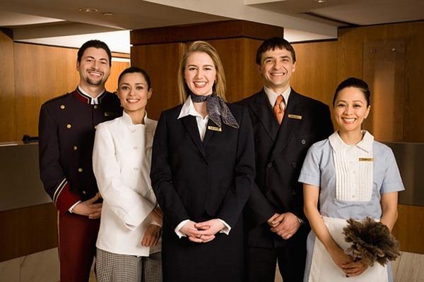 Trang phục của quản lý nhà hàng khách sạn thể hiện sự chuyên nghiệp