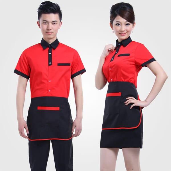 Đồng phục nhân viên phục vụ với mẫu áo phông cổ bẻ kèm tạp dề ngắn năng động, trẻ trung