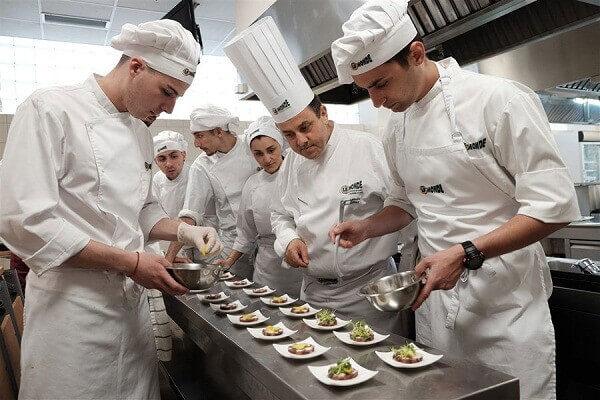 Trang phục đầu bếp trong nhà hàng chuyên nghiệp