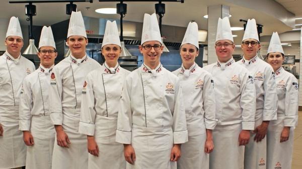 Đồng phục bếp gồm mũ đội đầu, áo, tạp dề...