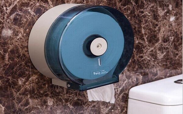 Hộp đựng giấy vệ sinh gắn tường giúp tiết kiệm không gian trong phòng tắm khách sạn