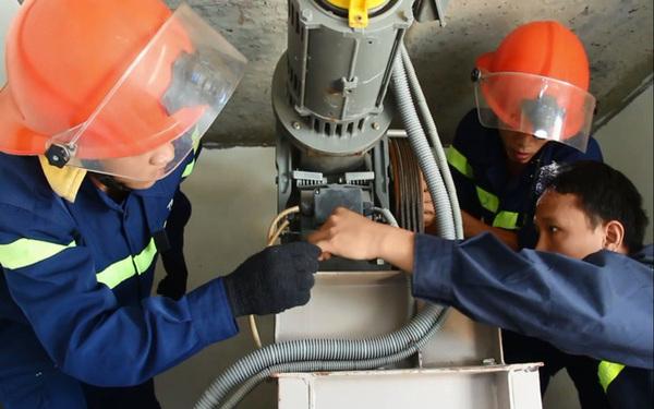 Lực lượng cứu hộ dùng thiết bị chuyên dụng để phá cửa thang máy