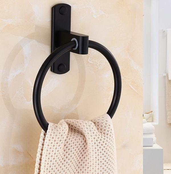 Lắp vòng treo khăn giúp không gian phòng tắm gọn gàng hơn