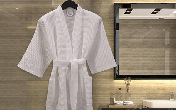 Có nên mặc áo choàng tắm trang bị trong khách sạn không?