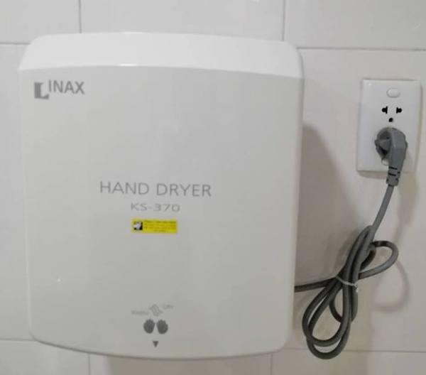 Máy sấy tay Inax được nhiều người ưa chuộng sử dụng