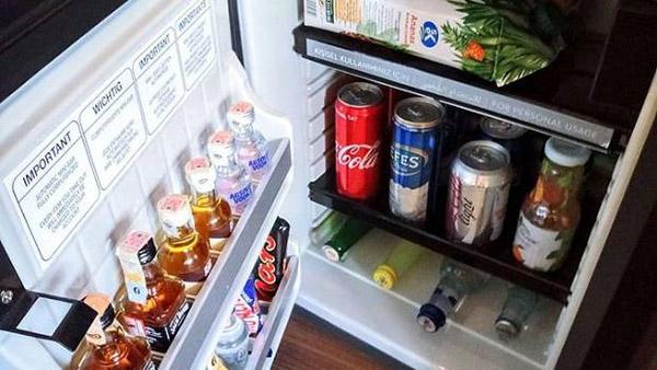 Mini bar là thiết bị cần trang bị trong phòng khách sạn