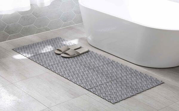 Thảm chống trơn đặt trong nhà tắm khách sạn đảm bảo được sự an toàn của người dùng