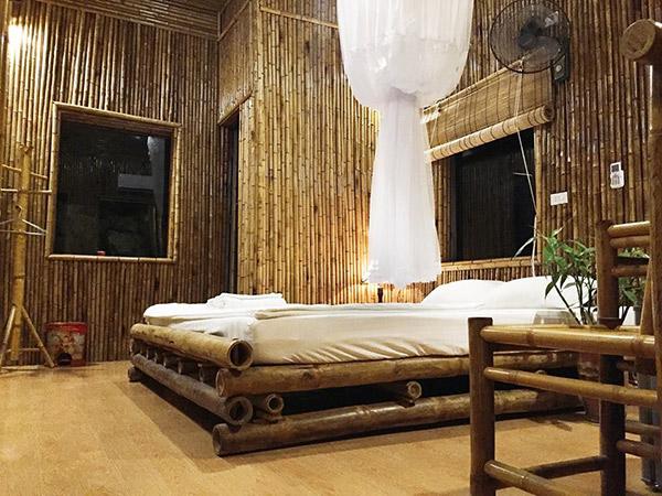 Căn phòng hoàn toàn làm từ chất liệu tre, nứa mang âm hưởng dân gian cổ xưa rất đỗi giản dị, mộc mạc.
