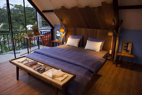 Mặc dù tiện nghi hơn căn phòng ở bức tranh thứ nhất nhưng nét giản dị vẫn hiện rõ. Đồ nội thất bằng gỗ có kích thước nhỏ nhắn, vừa phải.