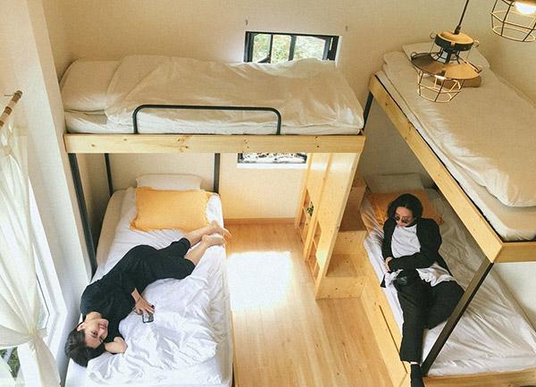 Các món đồ nội thất dùng cho phòng ngủ homestay lấy ý tưởng từ chính phòng ký túc xá hiện đại. Kiểu phòng này thích hợp để ở nhóm bạn.