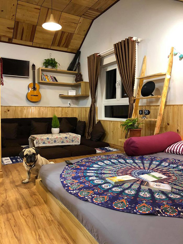Nhẹ nhàng hơn một chút thì bạn chỉ cần chọn họa tiết thổ cẩm cho chiếc giường mà thôi. Nhưng những đồ nội thất khác bắt buộc phải là đồ gỗ, tre, nứa hoặc đồ handmade.