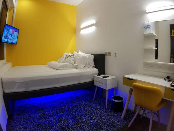Gam màu xanh đậm và vàng nổi bật khiến căn phòng phá cách đúng chuẩn tư tưởng mới, hiện đại của lớp trẻ.