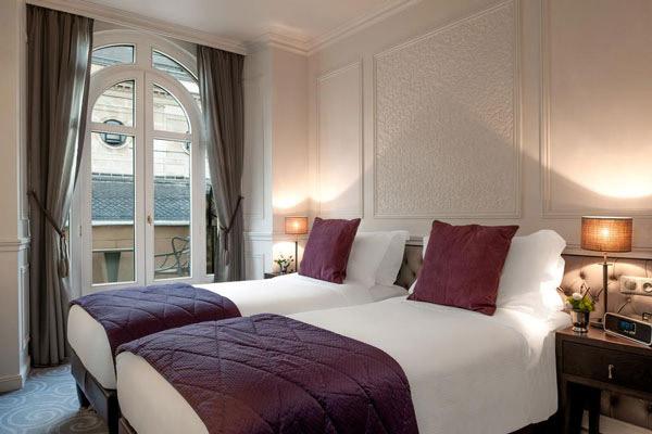 Nếu giường ngủ thiết kế đơn giản thì họa tiết trên tường, cửa sổ sẽ rất độc đáo