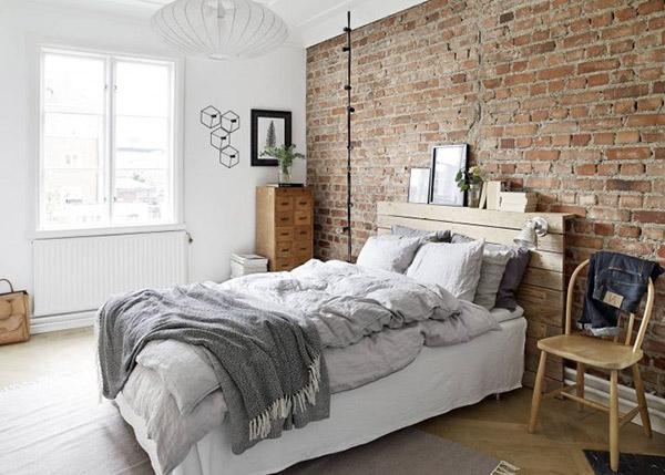 Gam màu sáng khiến bức tường gạch trở thành điểm nhấn nổi bật nhất trong căn phòng.