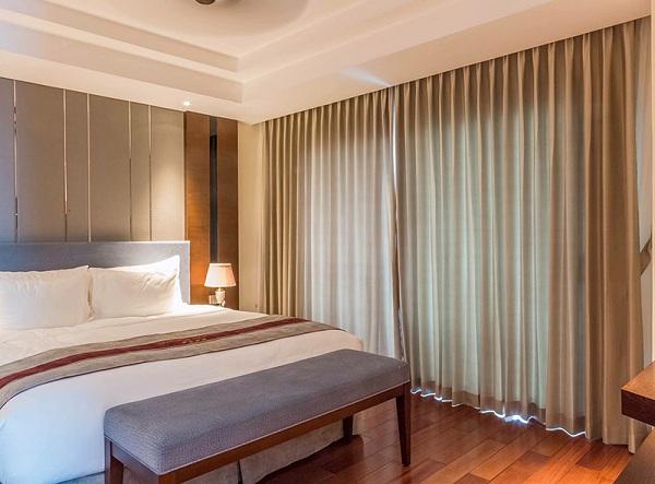 Rèm vải với chất liệu dày cùng ưu điểm hấp thụ nhiệt rất phù hợp với hệ thống phòng khách sạn
