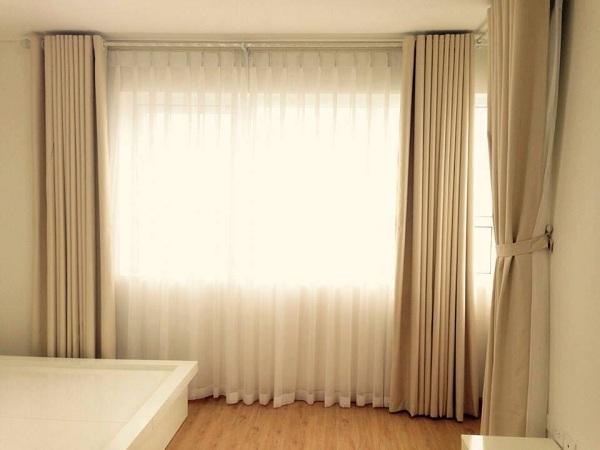 Rèm cửa hai lớp tạo được điểm nhấn sang trọng cho không gian phòng khách sạn