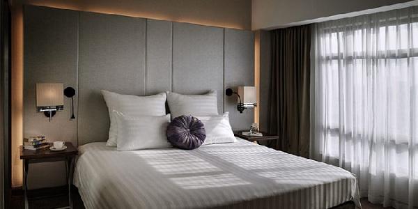 Lựa chọn rèm cửa phù hợp với đồ nội thất cùng màu sơn phòng khách sạn
