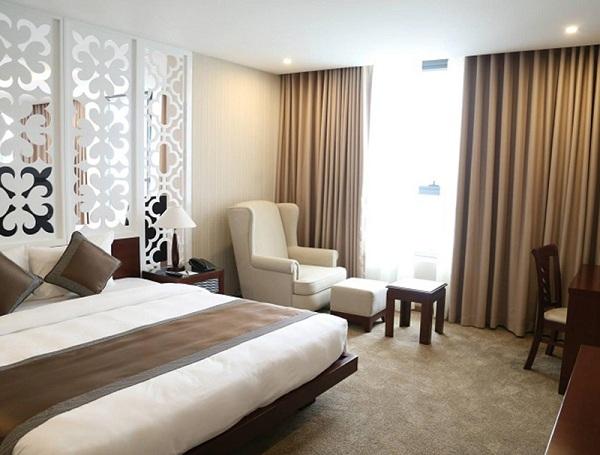 Rèm vải luôn trở nên thông dụng nhất trong hầu hết các khách sạn bởi chất liệu, màu sắc cùng kích thước đa dạng