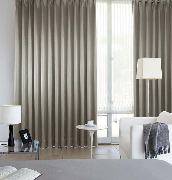 Sử dụng những tấm rèm cửa vải giúp căn phòng trở nên mát mẻ hơn
