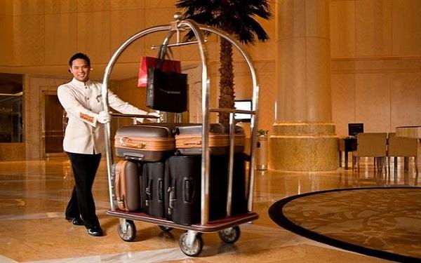 Cần đặc biệt lưu ý khi sắp xếp hành lý của khách hàng lên những chiếc xe đẩy hành lý để đảm bảo được sự an toàn cho hàng hóa