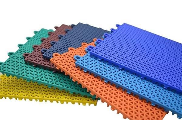 Thảm chống trơn nhà tắm khách sạn thường được sử dụng chất liệu nhựa PE, PVC hay 3E