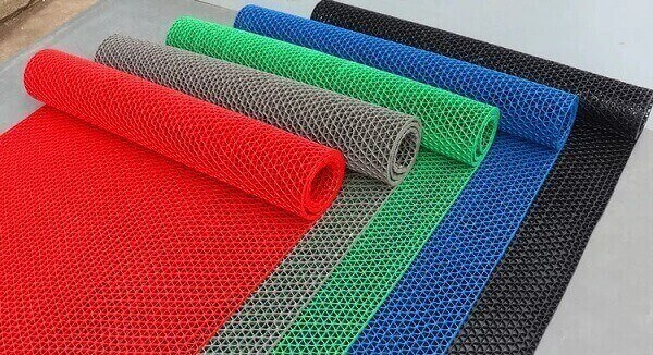 Thảm chống trơn bằng nhựa rất phù hợp với những hộ gia đình có trẻ nhỏ