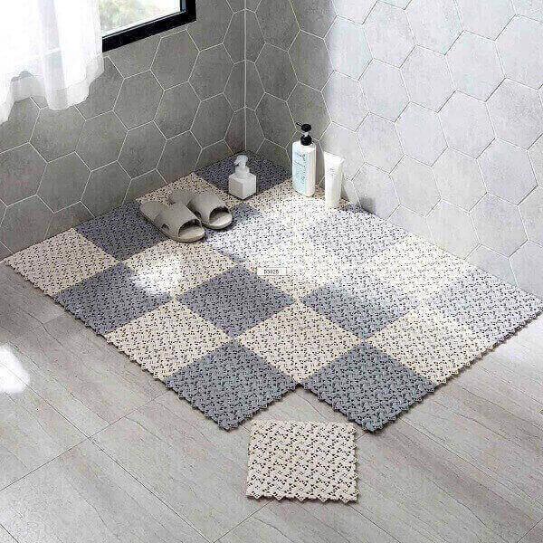 Những tấm thảm chống trơn giúp không gian nhà tắm khách sạn trở nên đẹp mắt hơn