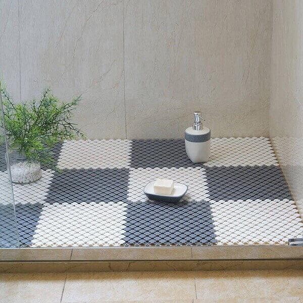 Mẫu thảm ghép miếng này giúp phòng tắm khách sạn trở nên độc đáo nhờ tính sáng tạo trong khâu thiết kế và thẩm mỹ