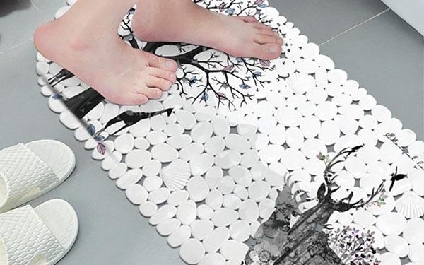 Hãy ưu tiên sử dụng những tấm thảm có kích thước phù hợp và cân đối với nhà tắm khách sạn
