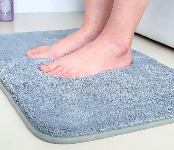Sử dụng những tấm thảm chùi chân nhà vệ sinh khách sạn giúp hút hết nước và các vết bẩn