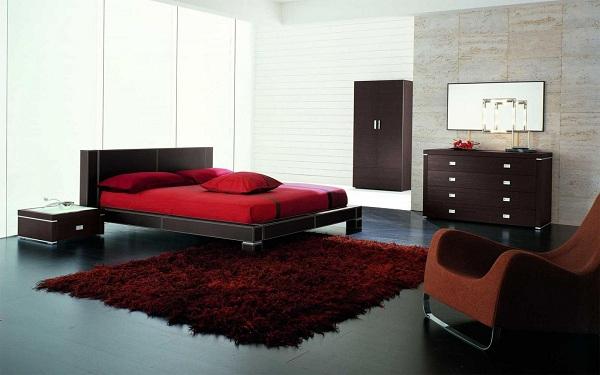 Những tấm thảm với màu sắc đỏ mang lại sự ấm cúng cho toàn bộ căn phòng ngủ