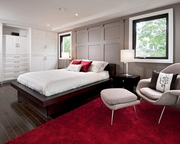 Màu đỏ của những tấm thảm khiến căn phòng ngủ của khách sạn trở nên nổi bật hơn