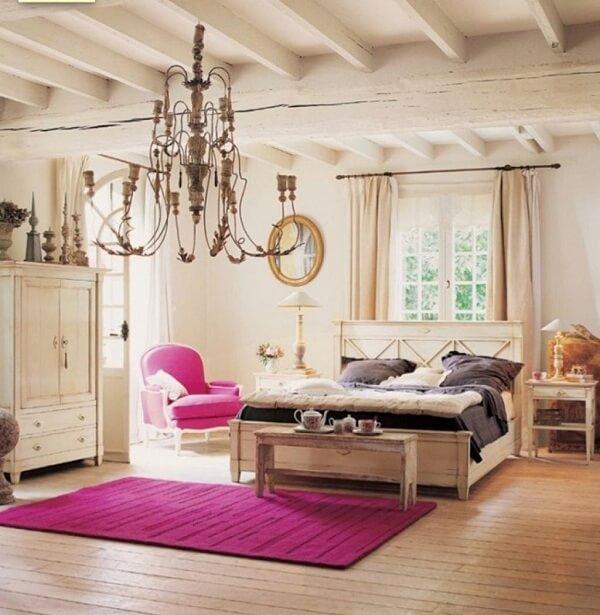 Tấm thảm với gam màu nóng giúp căn phòng khách sạn trở nên ấm áp và nổi bật hơn