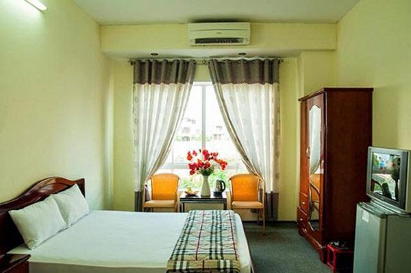 Không gian căn phòng nhà nghỉ đầy đủ tiện nghi, nội thất bằng gỗ kiểu dáng thông dụng