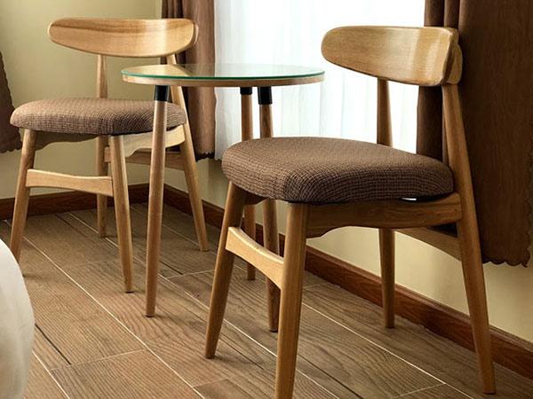 Mẫu bàn ghế kiểu dáng đơn giản nhưng toát lên vẻ hiện đại