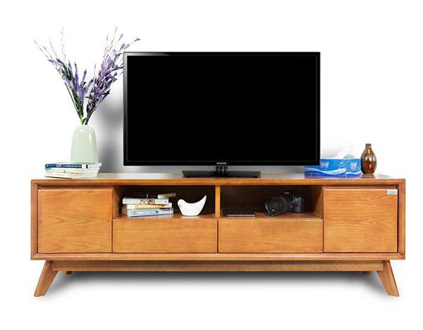 Kệ tủ đi kèm ti vi là thiết bị thường thấy trong mỗi phòng nhà nghỉ
