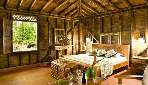 Chất liệu gỗ đơn sơ và mộc mạc khiến người ở có cảm giác gần gũi với thiên nhiên hơn.