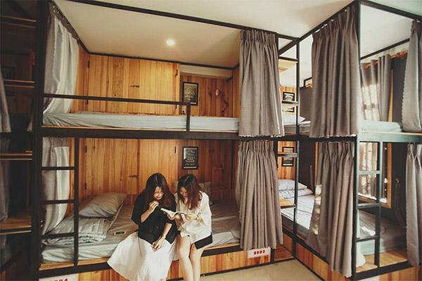 Giường tầng, chất liệu sắt kết hợp gỗ là đặc trưng của phong cách thiết kế này.