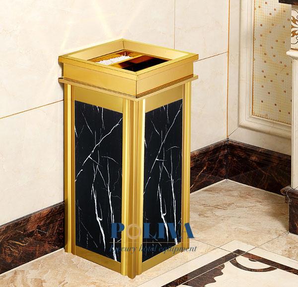 Sự kết hợp của chất liệu inox mạ vàng với đá hoa cương tạo nên sự độc đáo cho thùng rác sảnh