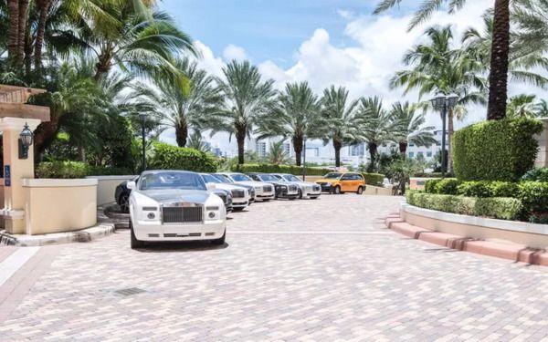 Bãi giữ xe ngoài trời đảm bảo cung cấp đủ chỗ cho du khách