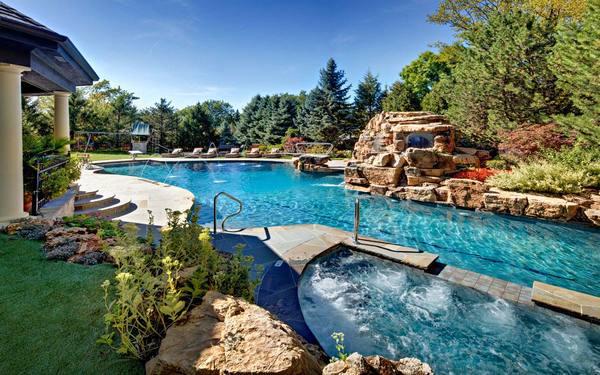 Thiết kế sân vườn xung quanh bể bơi tạo vẻ đẹp ấn tượng