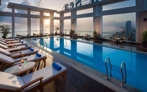 Không gian bể bơi lúc bình minh mang lại cảm giác bình yên