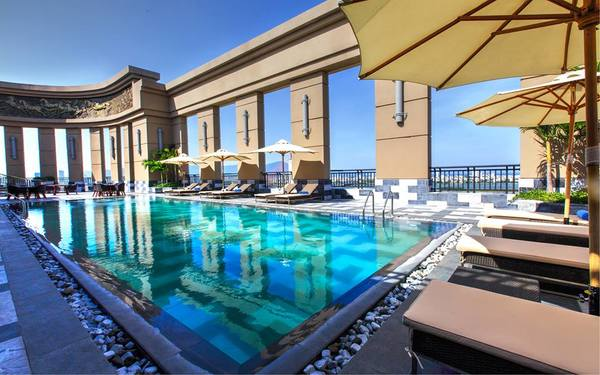 Bể bơi được bao quanh bởi tường thành nguy nga như cung điện