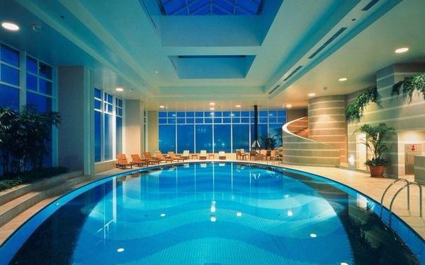 Không gian rộng rãi, hiện đại của bể bơi khách san trong nhà